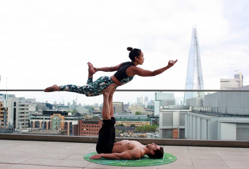 Le yoga en couple séduit de plus en plus